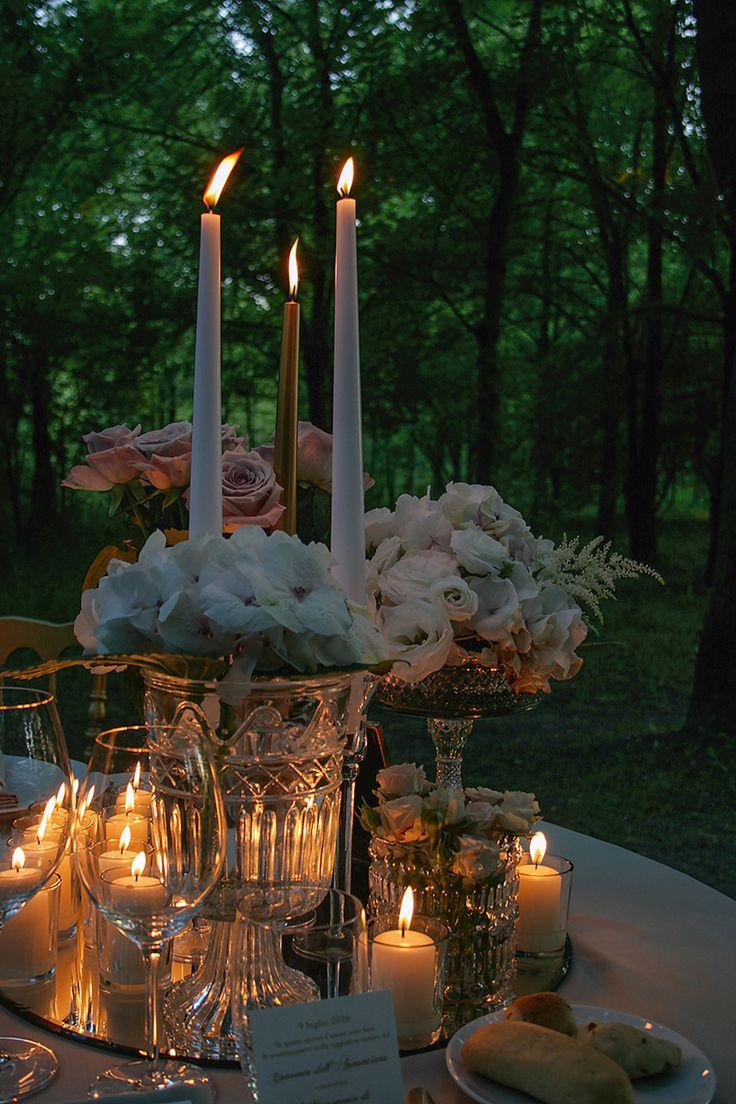 La magia di una notte d'estate. Candele, fiori delicati e cristalli per una mise en place indimenticabile.