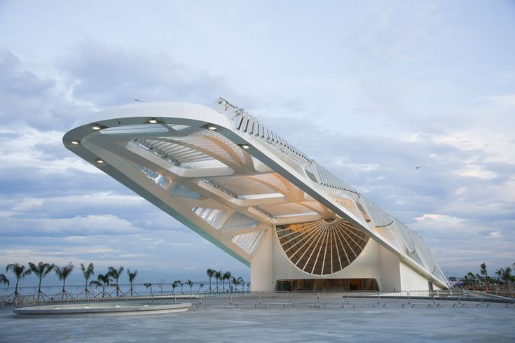 Santiago Calatrava is celebrating the opening of the Museu do Amanhã (The Museum of Tomorrow) this week in Rio de Janeiro. The highly anticipated museum, built on the Pier Mauá, features a distinct cantilevering roof that stretches 75-meters over the museum's 7,600-square-meter plaza and 45-meters towards the sea