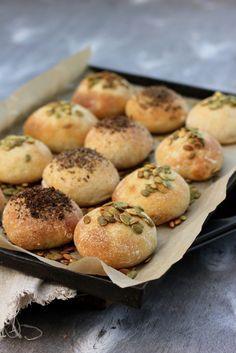 Aamu on astetta parempi tuoreen leivän kera. Mutta varoituksen sana, näihin voi jäädä koukkuun! Nämä sämpylät valmistuvat helpo...