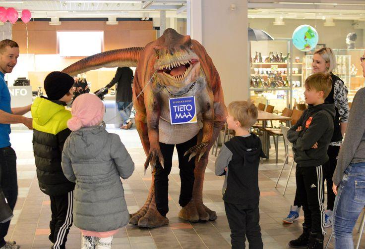 Tiedekeskus Tietomaan oma kiltti Masa-dinosaurus kävi moikkaamassa ystäviään.
