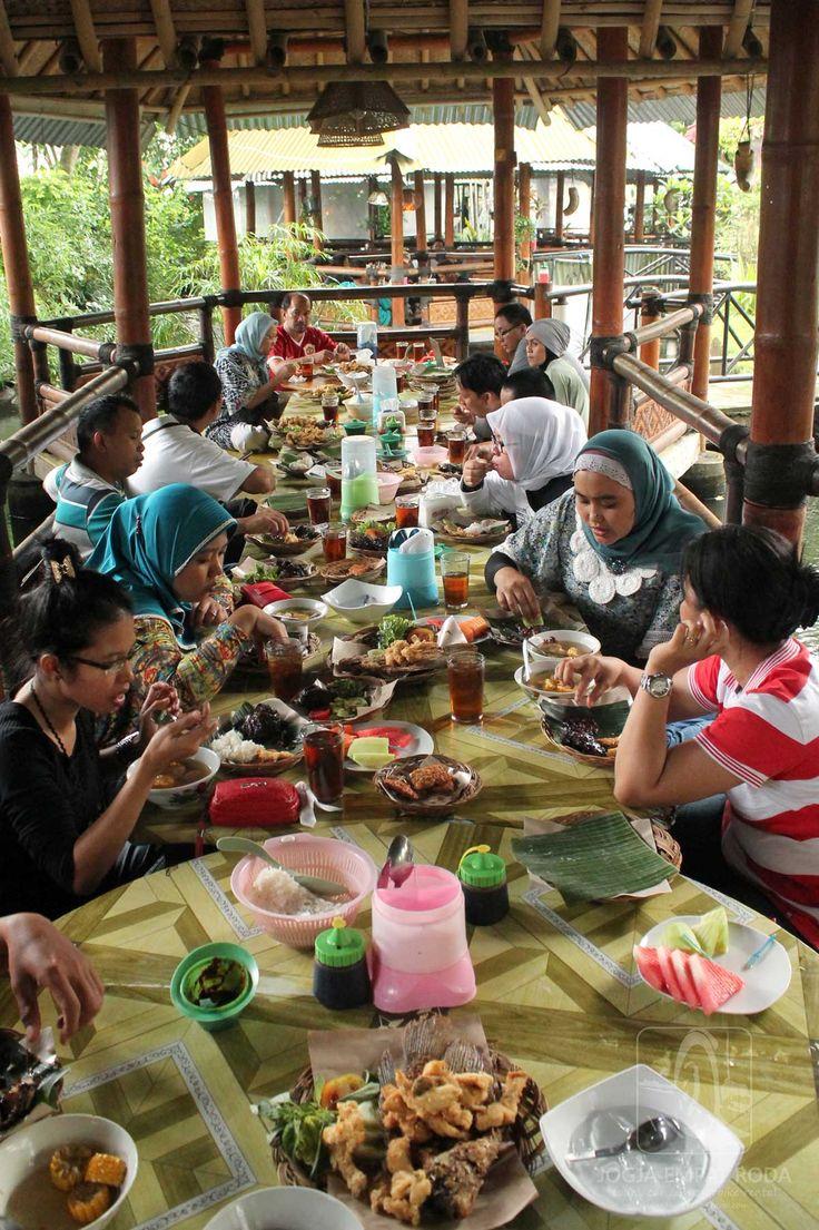 Makan Siang di Muara Kapuas http://jogjaempatroda.blogspot.com/