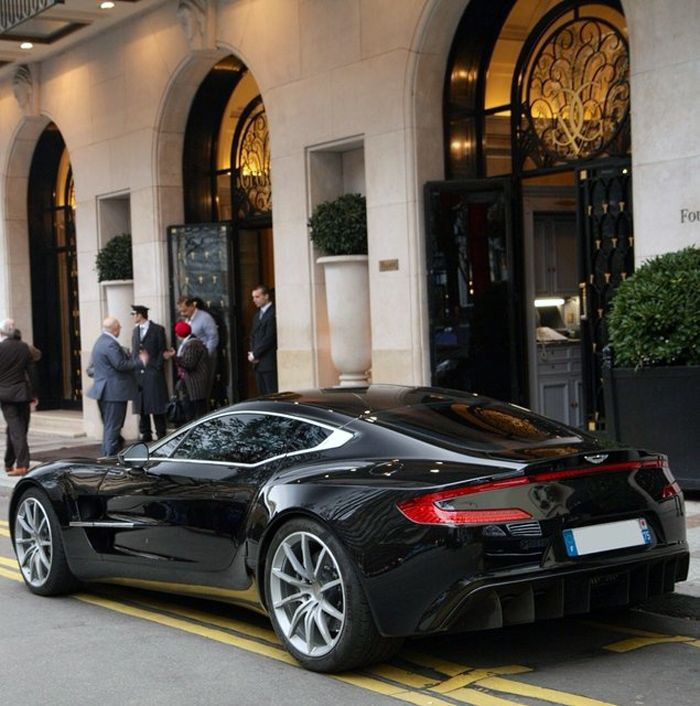 We Take A Look At The Beautiful Aston Martin One 77: Aston Martin One-77