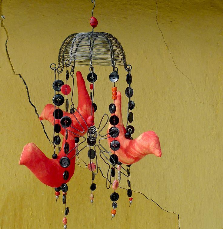 Ptačí trio... Knoflíkohra z vrchlíku a drátovaných kytiček odDovy , černých knoflíků, barevných korálků a šitých textilních batikovaných ptáčků odScully ...vše navázáno na pevné černé niti. Vrchlík má pr.13cm a celá zvonkohra je dlouhá 40cm. Barevnost je černá a červenooranžová. Drát získá ve vlhku rezavou patinu. Tato knoflíkohra je spíše pro ...
