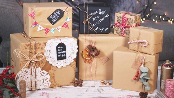 Οι πιο πρωτότυπες DIY ιδέες για να τυλίξετε τα δώρα των γιορτών!