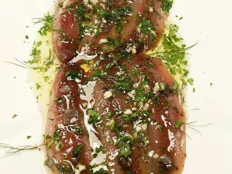 Fabulosa receta para Sardinas en salazón marinadas. Para hacer esta receta, vamos a necesitar sardinas muy grandes. La buena temporada para comprarlas, son los meses de septiembre y octubre, que es cuando alcanzan su mayor peso... Aquí he querido hacer una especie de anchoa arencada, con esos sabores nórdicos del arenque.