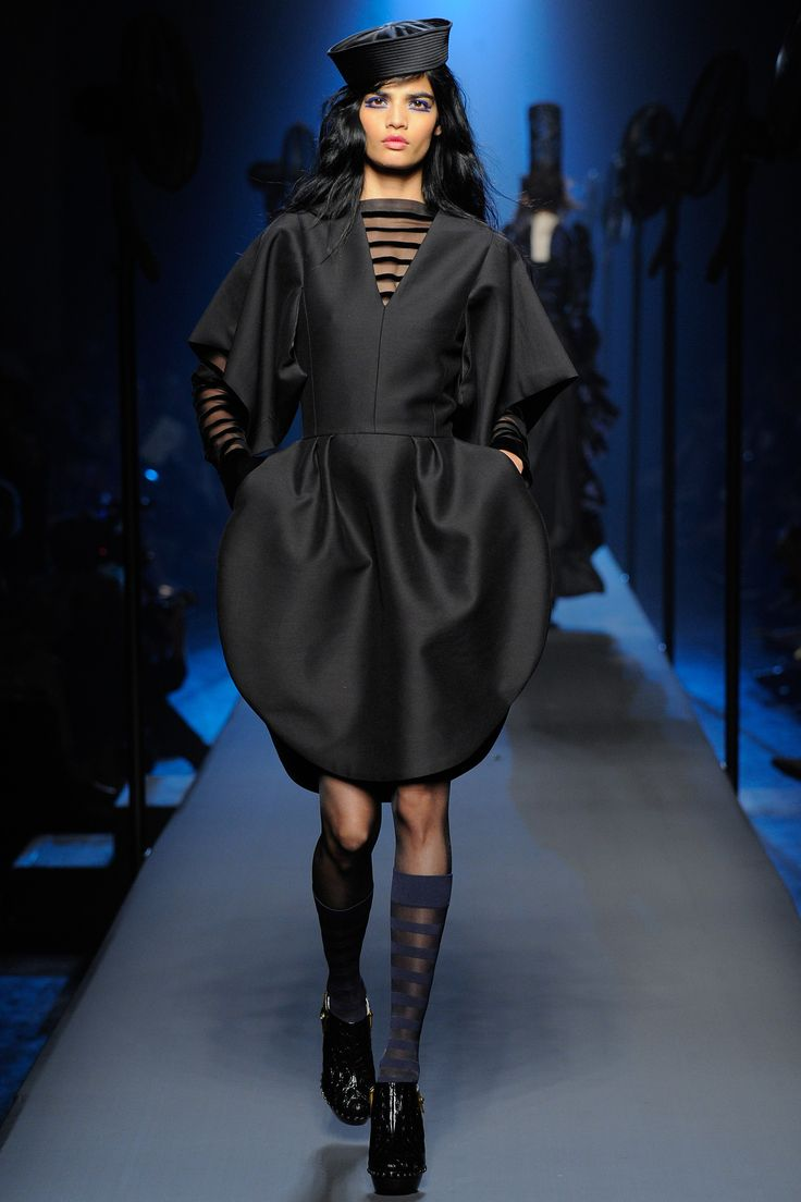 top robes blog robe noire jean paul gaultier. Black Bedroom Furniture Sets. Home Design Ideas
