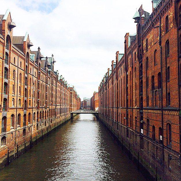 Каналы Гамбурга. Раньше все эти здания были складами для привезенного товара по морю. Теперь здесь современные офисы. by a_oberecker