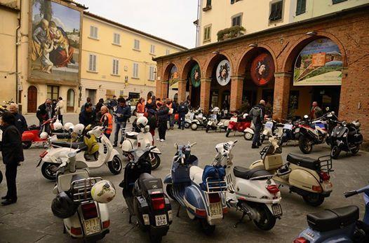 Vespa gathering in Peccioli #tuscany  http://www.valderatuscany.com/peccioli/ #valdera #tuscany #pisa