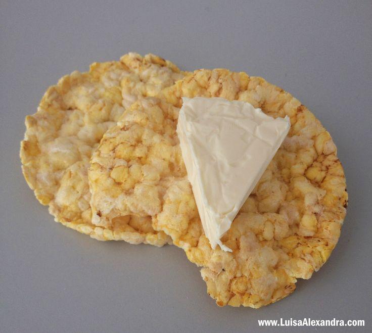 Luisa Alexandra: Sugestão de Lanche: Bolachas de Milho com Queijo Fundido [Triângulos] • Castanhas do Pará [Castanhas do Brasil]