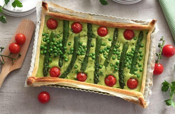 Un'idea gustosa e colorata sia per #Pasqua che per #Pasquetta: pasta sfoglia con di crema di asparagi e piselli, cotta in forno e guarnita con pomodorini.
