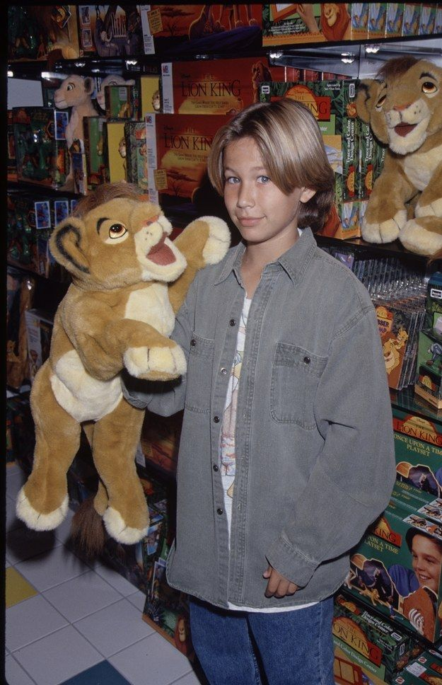 Jonathan Taylor Thomas rocking a powerful middle part while using Simba as a puppet: | 35 Pictures That Will '90s The Hell Out Of Your Ass