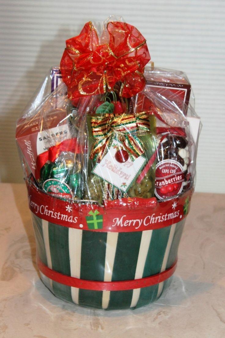 idee-regali-natale-fai-da-te-cestino-colori-feste-interno-prodotti-alimentari-vario-genere-fiocco-rosso