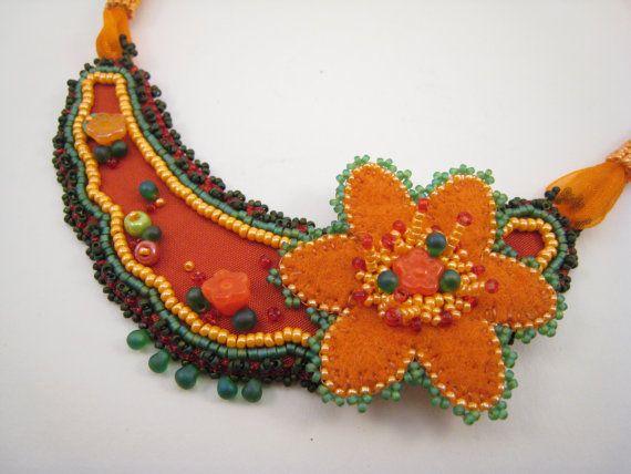 Perlengestickte Halskette Orange Grün Rot Blümchen Dirndlschmuck - Bavarian Style von BeadFizz