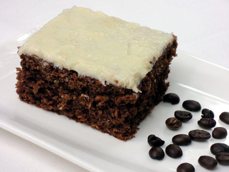 Neuvěřitelně šťavnatá buchta z kakaa, kokosu a filtrované kávy, ozdobená polevou z bílé čokolády. Mňam!
