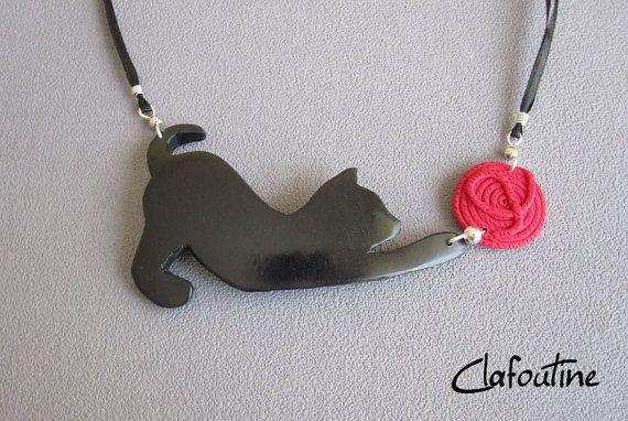 Un collier chat noir original et amusant: chat noir et pelote rouge en pâte polymère fimo