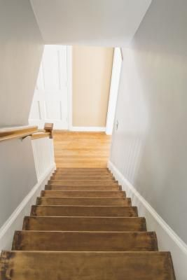 How to decorate an ENCLOSED staircase. VERY HELPFUL