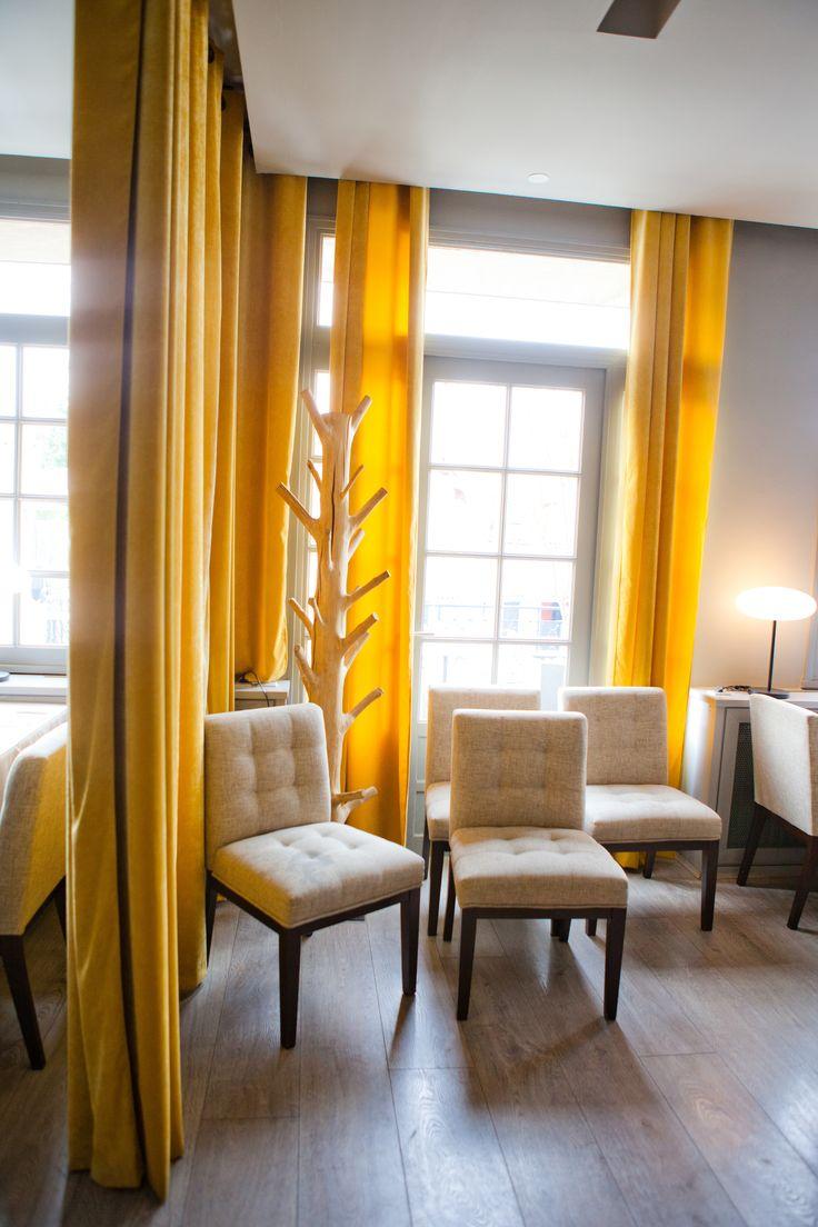 Restaurant O'Capot avec rideaux en velours doublé du même tissu en coloris moutarde