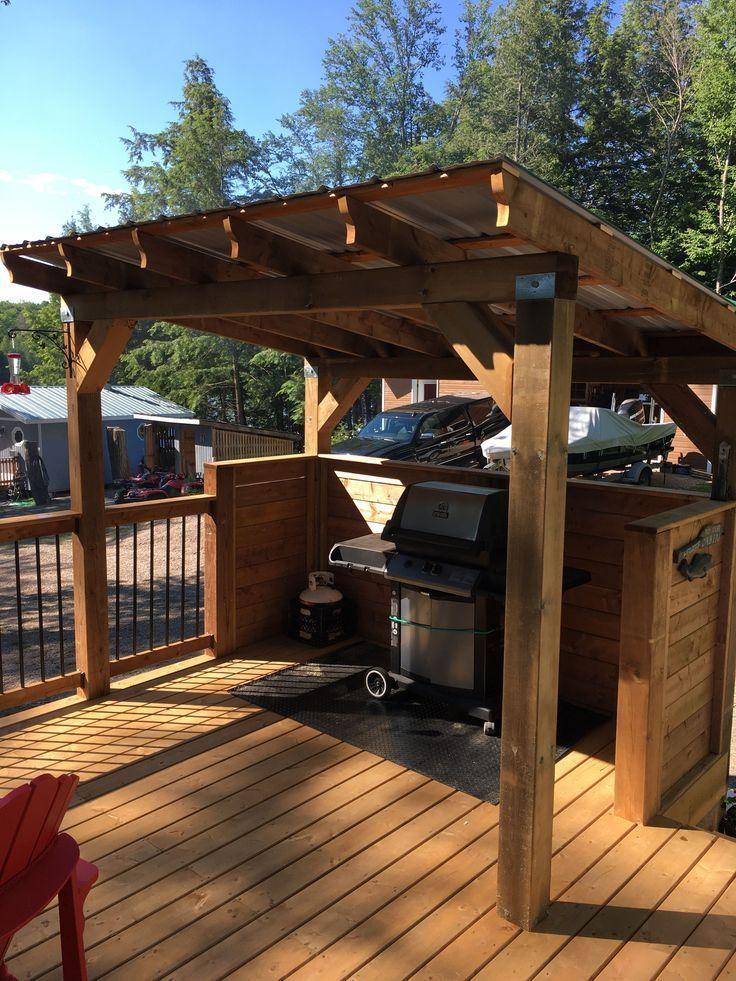 Grillpatio Eingebettet In Einen Eingebauten Grill Umgeben Von Uppigen Einen Eingebauten Eingebettet Grill In 2020 Grill Gazebo Diy Grill Backyard Kitchen