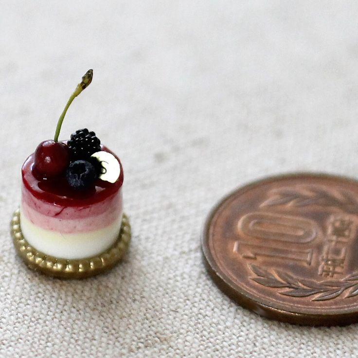 7月23日は カシスの日。shibazukeparipariのミニチュア。過去作。  1/6サイズ ミニチュア カシスムース他 ケーキ   樹脂粘土、レジン等で制作。  詳細はHPへ  http://shibazukeparipari.com/gallery-1/sweets-6/cake-showcase  #ミニチュア #食品サンプル #ケーキ #ドール #フェイクスイーツ #ミニチュアフード #スイーツ #ハンドメイド #樹脂粘土 #レジン #miniature #fake #food #clay #resin #art #sweet #cake #doll #handmade #instafood #instagram