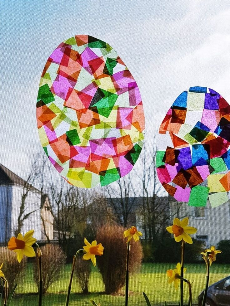 Suncatcher crafts with children: Easter eggs made of tracing paper