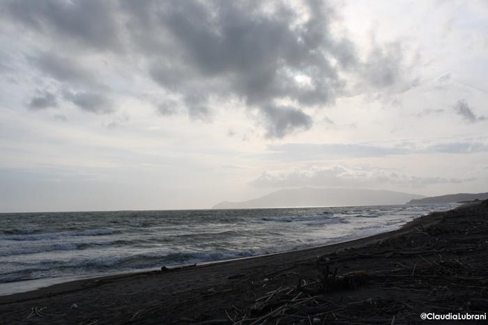 alla fine del sentiero la spiaggia ed il mare
