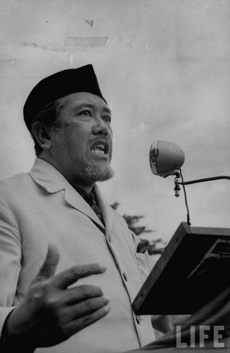 Ali Sastroamidjojo berpidato pada kampanye PNI, September 1955. (foto: Howard Sochurek)