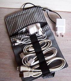 携帯電話やノートパソコンの充電器、音楽を聴くときに使うイヤホンなど、電子機器のコード類を持ち歩くときに、絡ませてしまっていませんか?コード類専用の収納グッズがあれば、カバンの中でコードが絡まらなくなりますよ♪絡まりを解く手間や、つい引っ張って断線してしまうことも少なくなります。プチプラアイテムを使って、収納アイテムを簡単DIYしましょう♪便利な収納アイデアをご紹介します! この記事の目次 はぎれ布でDIY! ポーチに縫いつけよう コードを通すアイデア お財布サイズに折り畳めるよ ポケット部分を作ってしっかり収納! ノートPCを持ち運ぶ人にオススメ♪ はぎれ布でDIY! 音楽を聴くときに使うイヤホンのコードを、普段どのように収納していますか? 携帯電話やiPodにグルグルと巻きつけておいても、カバンの中に入れているうちに解けてしまって、コードが絡まってしまうといったことが起こりますよね。 そんな時は、はぎれ布とボタンを使ってコードをくるっとラッピングできるアイテムを手作りしてみましょう。ポーチに縫いつけよう…