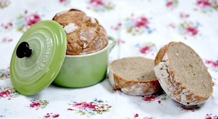 Eltefritt grovbrød med bygg er et enkelt grytebrød hvor deigen bare røres sammen uten å kna eller elte og stekes i jerngryte i ovn, etter heving over natt.