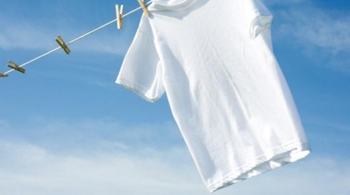 Vous avez des vêtements clairs qui commencent à tirer sur le gris ? Utilisez du bicarbonate de sodium pour les blanchir. C'est mon astuce infaillible pour rendre le linge blanc comme neuf !