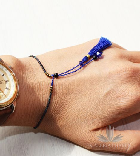 Bransoletka w stylu boho wykonana z mocnego, delikatnego sznurka i kryształków oraz koralików w kolorach niebieskim i chabrowym. Dodatkowo możliwość regulacji długości. Sznureczek dodatkowo ozdobiony frędzelkami z miękkiej bawełny.