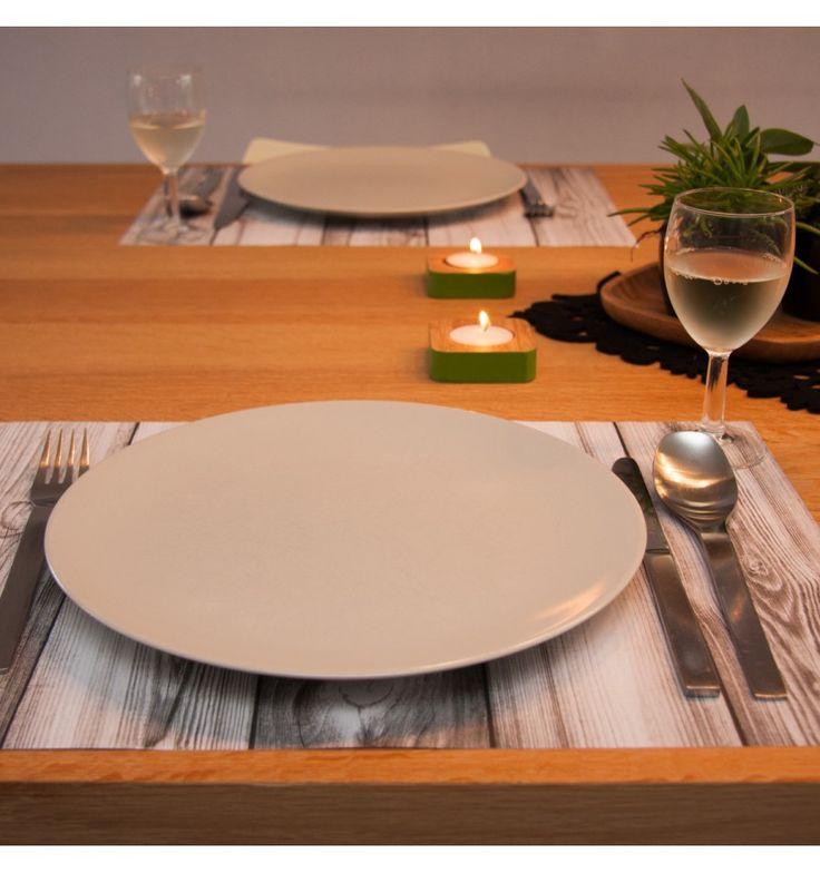 Dek de tafel eens met een papieren placemat met houtdesign