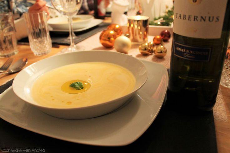 Weiße Tomatensuppe kennt vermutlich nicht jeder. Wer Tomaten allerdings gerne isst, sollte sich unbedingt an dieser Suppe versuchen. Ein toller Zwischengang für ein Mehrgänge-Weihnachtsmenü!  Was ihr dafür braucht (8 Personen): 2 Zwiebeln 2 Knoblauchzehen 2kg Tomaten 2 EL Öl 1,2l Gemüsebrühe 1 EL Zucker (oder Xucker) 400g Sahne 4 EL Butter Salz, Pfeffer Für […]