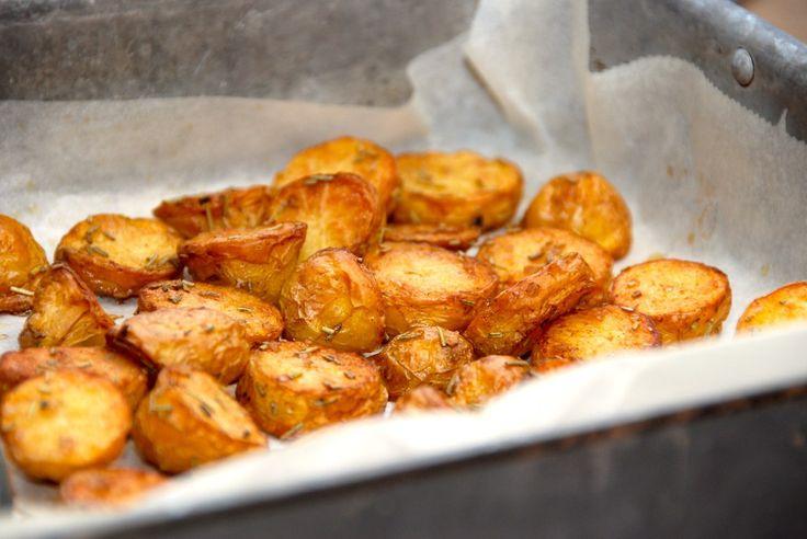 Sådan laver du lækre og smørristede ovnkartofler, der steges med rosmarin. Rist først kartoflerne i smør, og bag dem derefter i ovnen. Til smørristede ovnkartofler til fire personer skal du bruge: …