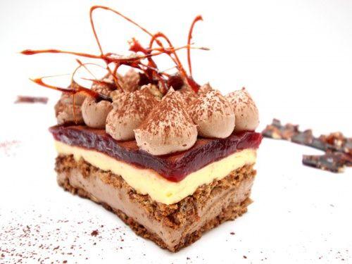 Prajitura cu nuca, ciocolata, crema de vanilie si jeleu de capsuni - imagine 1 mare