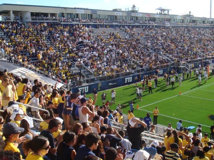 Cursos Campamentos Y Campus De Futbol En Ingles Para Verano Http Inglaterraencasa Com Florida International University Soccer Field Football Stadiums