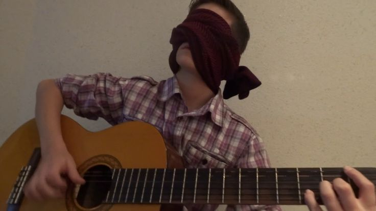 Playing the guitar with your eyes closed, training (Игра на гитаре с зак...