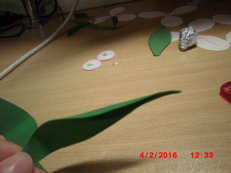 Представляю вашему вниманию МК тюльпана из фоамирана. ОСТОРОЖНО, ПОД КАД МНОГО ФОТО МК делала на скорую руку, прошу прощения за качество фото, нет времени редактировать фотографии. 1. Выкройка и молд который использовала (молд универсальный) 2. Вырезаем 2 детали из фоамирана...