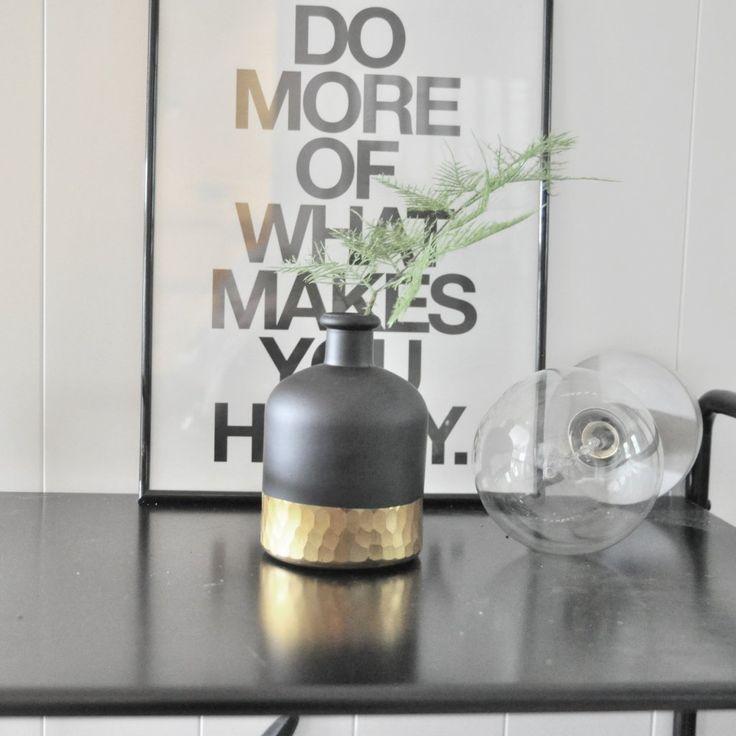 Vas - Black and Gold Svart att vas med snyggt guldigt mönster i nederkant.