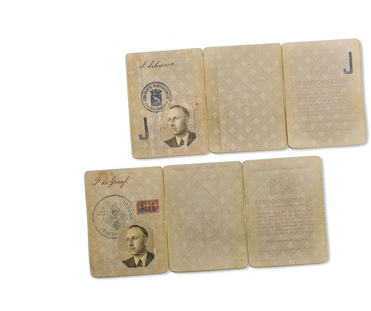 Het originele persoonsbewijs van de joodse Salli Schwarz met een J, en zijn vervalste persoonsbewijs op naam van Pieter de Graaf.