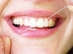 Die einen schwören auf sie, die anderen halten sie für unnötig: Zahnseide. Wenn es um die reinigenden Fäden geht, scheiden sich die Geister.