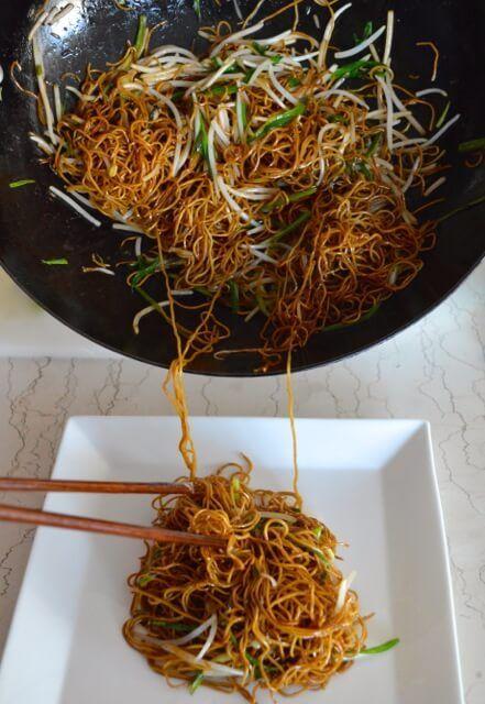 47. Kantonese sojasaus-noedels met taugé en lente-ui