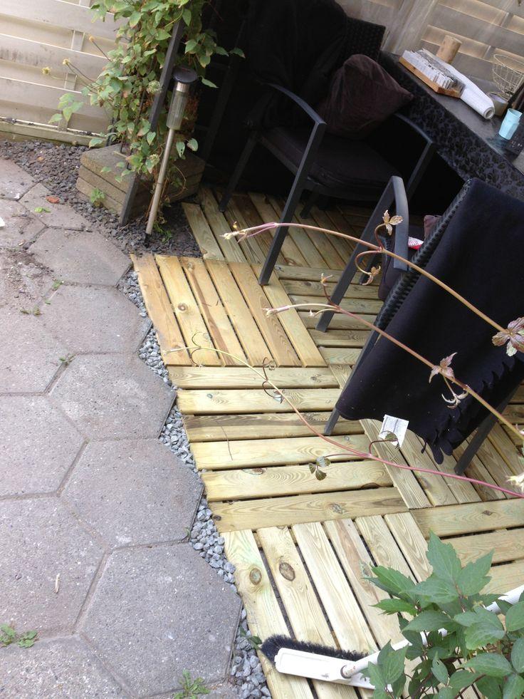 Min have med træfliser under min havepavillion