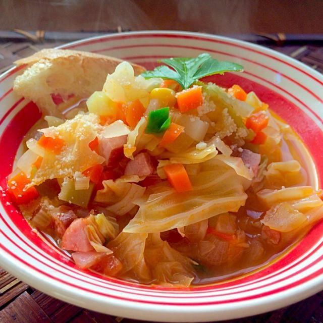 """季節物、残り野菜で簡単美味しい野菜の味を堪能できるイタリアンスープ(*≧艸≦)  イタリアで「ズッパ」といえば、""""水分の少ない食べるスープ"""" のことで なおかつ、必ずパンを使ってスープに浸して食べる料理のことらしいです。 - 49件のもぐもぐ - Zuppa di verduraズッパ・ディ・ヴェルドゥーラ by Ami"""