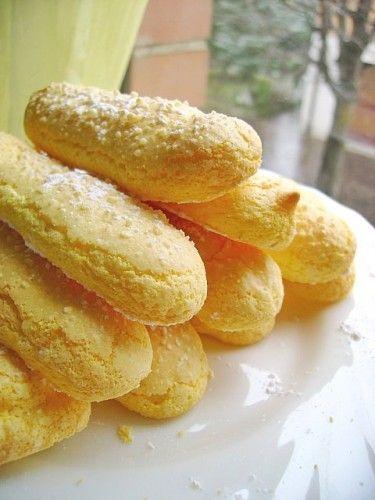 Savoiardi - Sal de Riso #Ingredienti 200 g zucchero 6 tuorli 6 albumi Scorza grattugiata limone Succo limone 1 pizzico sale 130 g farina 60 g fecola Zucchero a velo vanigliato Bacca vaniglia #ricetta #limone #fecola