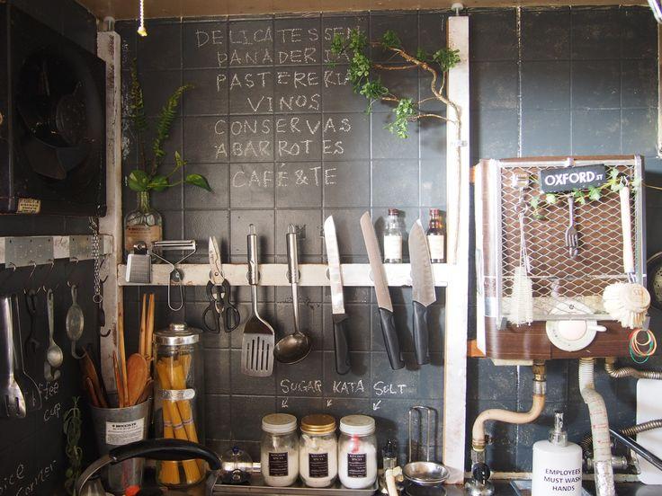 今流行りの「黒板ペイント」ってご存知ですか? 小さいお子様の部屋の壁の一面や、冷蔵庫、ドアなど、さまざまなDIYで活用されていま…