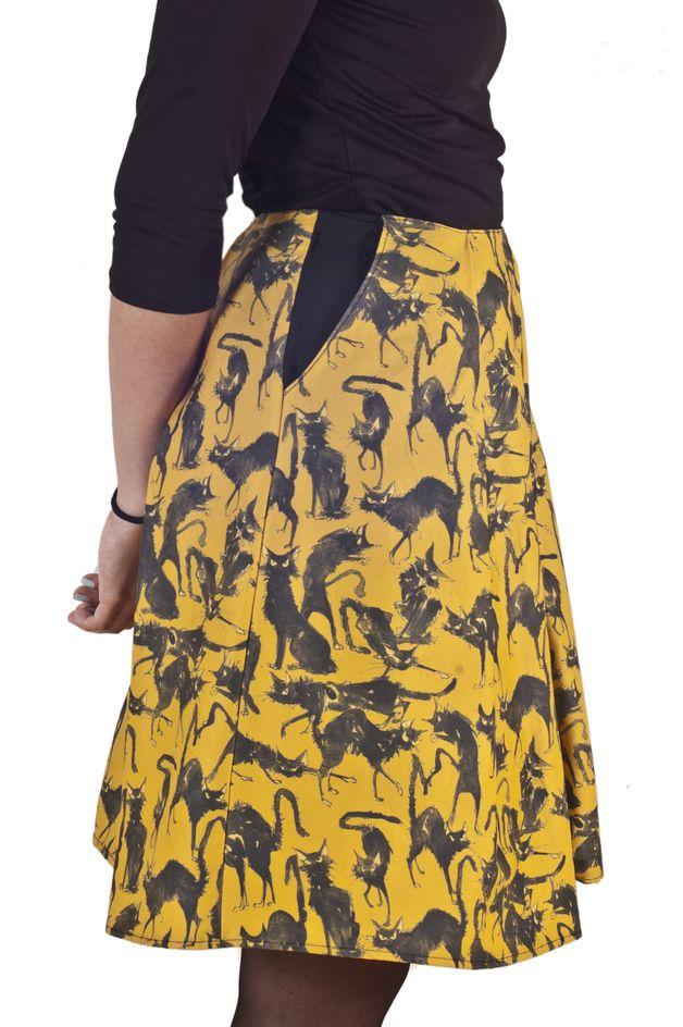 Faldas por la rodilla - VESTIDO CON ESTAMPADO DE GATOS Y FONDO MOSTAZA - hecho a mano por nonapapallona en DaWanda