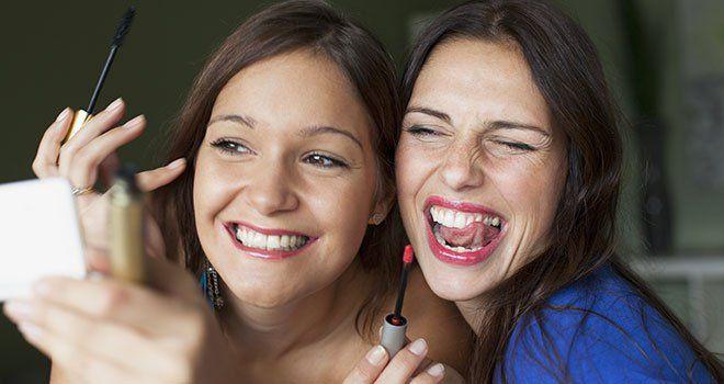 Femmes amies rires maquillage