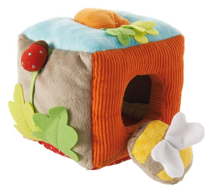 """Le cube sonore de la collection """"Mon jardin enchanté"""" par Latitude Enfant Jouet d'éveil ludique, doudou pour bébé, produit de puericulture."""