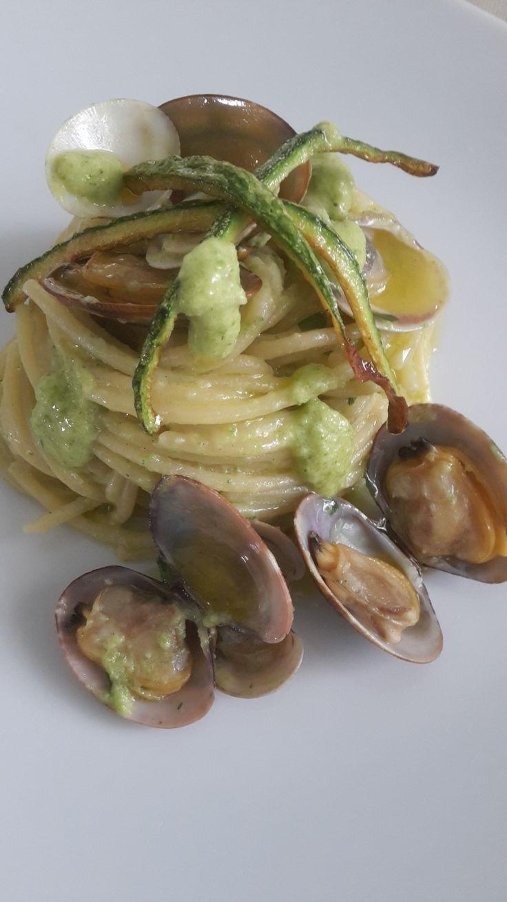 Spaghetti a vongole e lupini sono un classico della cucina napoletana. Questa ricetta prevede l'aggiunta di una crema fatta con zucchine crude!!! Provateli!