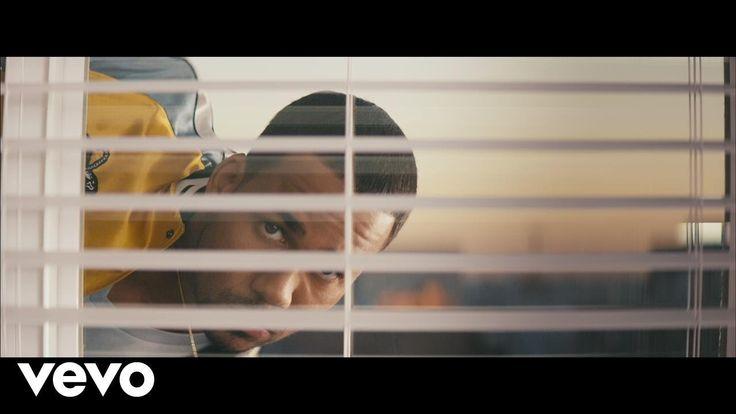Romeo Santos - Héroe Favorito  • estoy caminando y escuchando una canción que me habla de ti mientras duerme .